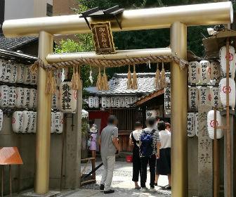 京都「御金神社」に並んでいる様子
