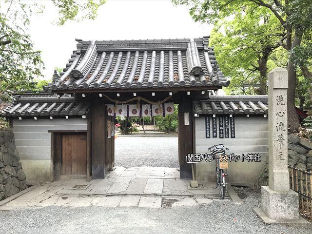 水無瀬神宮の神門と築地塀