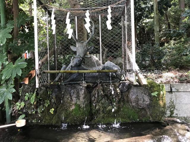 平岡神社、鹿の手水