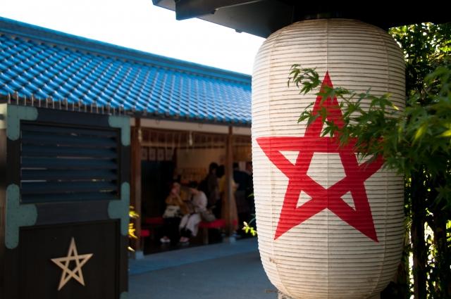 京都「晴明神社」の桔梗印の提灯や飾り