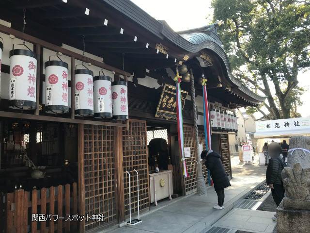 布忍神社の拝殿、横から撮影