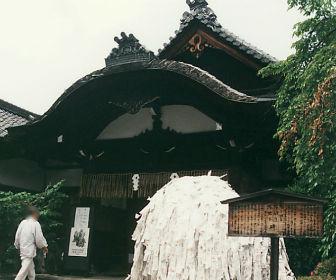 安井金毘羅宮の金毘羅会館と縁切り縁結び碑