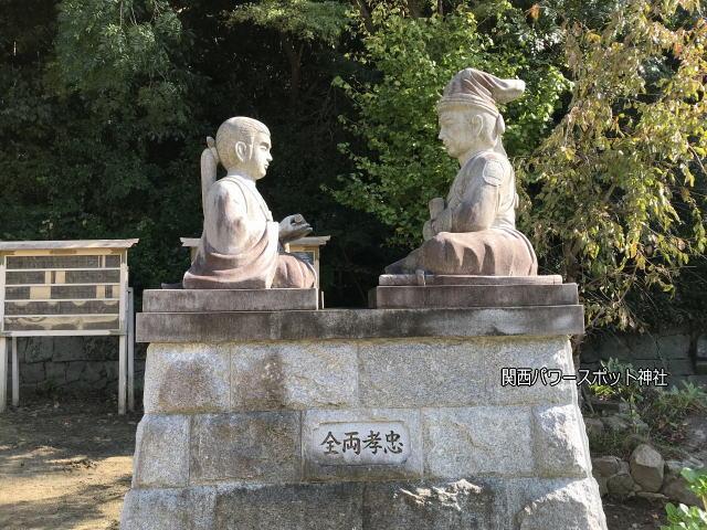 四条畷神社「桜井の別れ」像