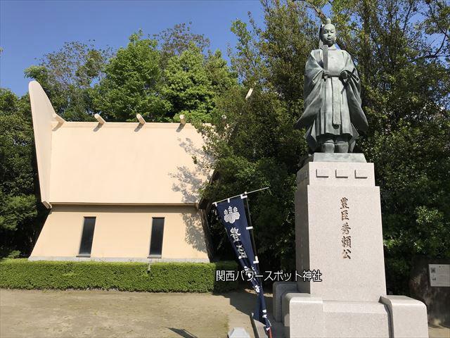 玉造稲荷神社の豊臣秀頼公銅像と難波玉造史料館