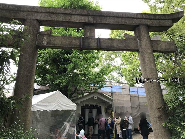 安居神社の社務所と鳥居