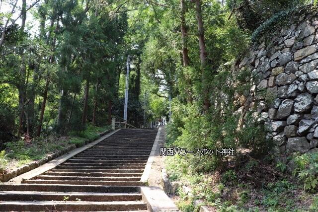 石清水八幡宮に徒歩で向かう道中の坂