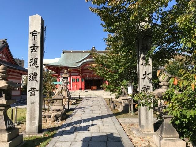 土佐稲荷神社の参道と拝殿